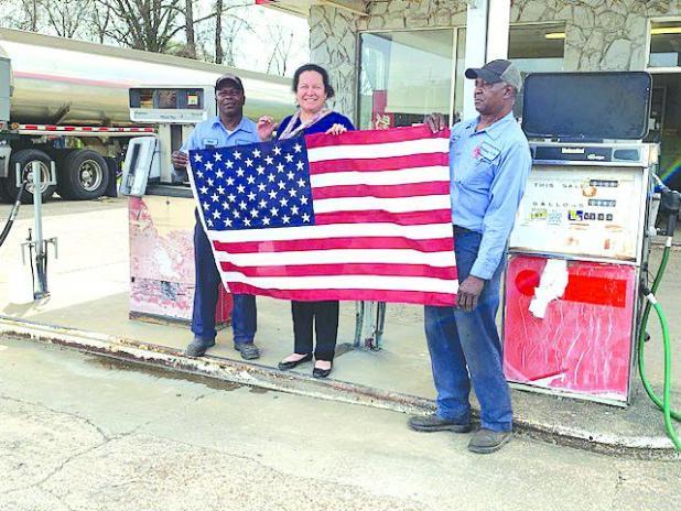 Garden club donates flag